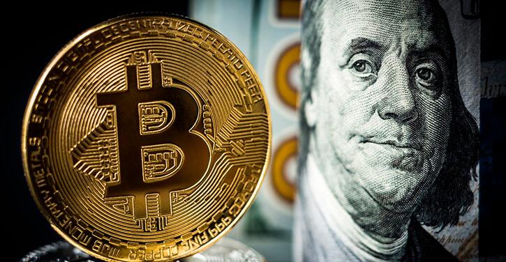Bild von Bitcoin neben der 100-Dollar-Note