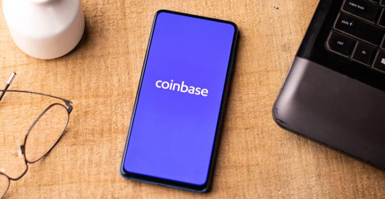 Das Coinbase-Logo auf einem Smartphone auf einem Schreibtisch